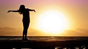 仕事を辞めたいと人生を後悔しないように自由に生きる方法はないのか
